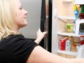 Cum se curata frigiderul, cum dezinfectam frigiderul, solutii ieftine pentru curatat frigiderul, cum scoatem mirosul din frigider, cu ce se curata frigiderul, indepartarea mirosurilor din frigider, cu ce curatam frigiderul, solutii pentru curatat frigider
